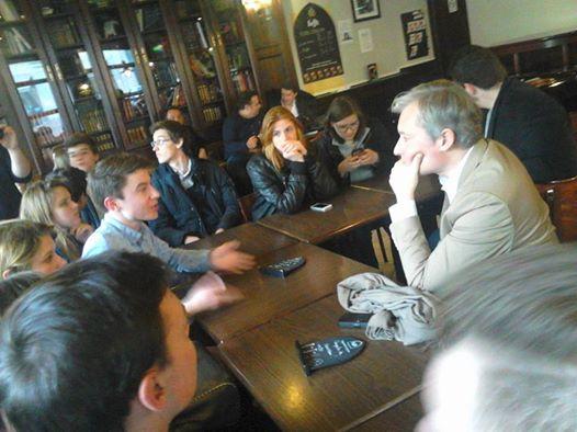 Laurent Hénart face aux jeunes au bar - Crédits Photo : Elie Jofa