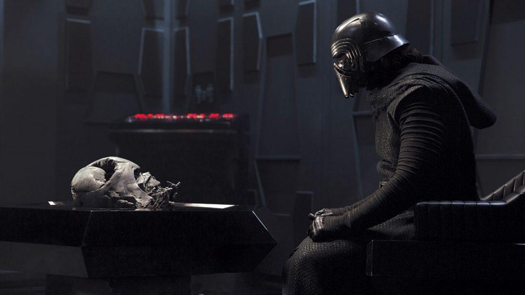 La fascination de Kylo Ren pour Vader, métaphore de la fascination des fans pour la trilogie originelle ? Source : Star Wars Wikia